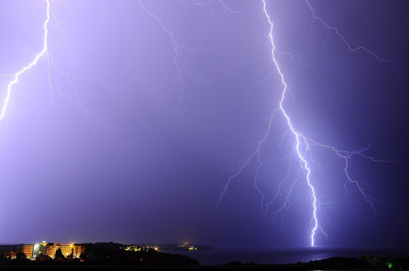 Amazing photo of thunderbolt on the sky over Pula!